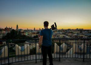 Videoblogger vor Stadtpanorama