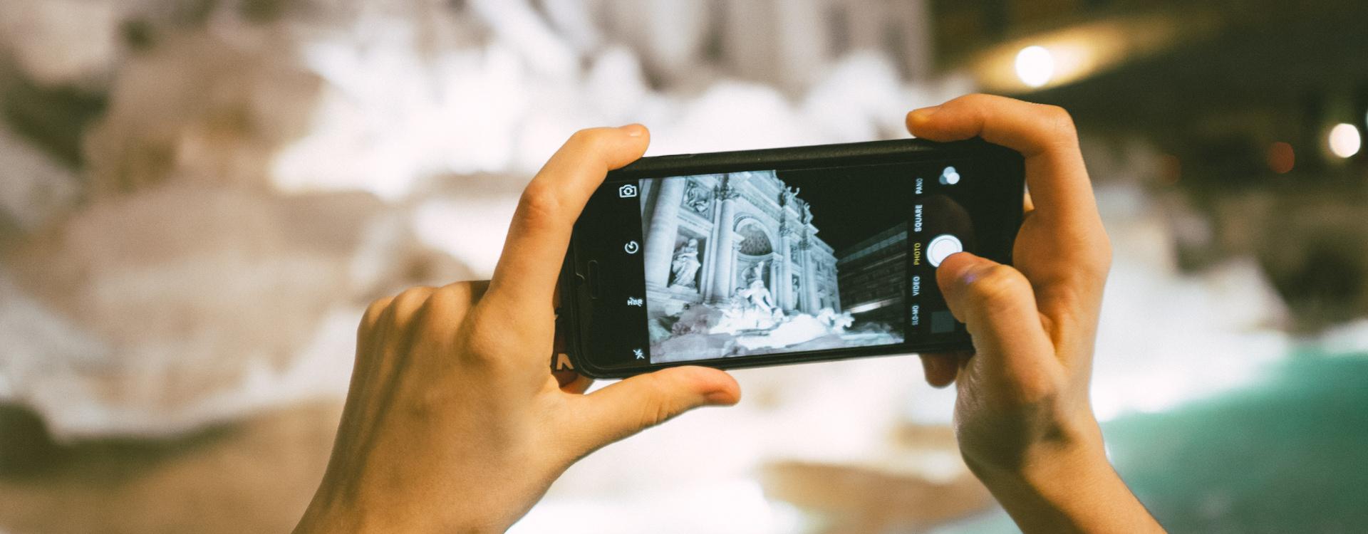 Ein Blogger nimmt ein mit dem iPhone für seine bezahlte Tourismus-Kooperation auf