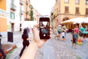Ein Reise-Blogger auf einem italienischen Markt nimmt ein neues Foto mit dem Iphone für seinen kommenden Blogbeitrag auf