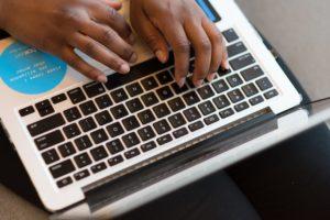Ein Blogger schreibt und veröffentlicht von unterwegs auf dem Mac einen neuen Blog-Eintrag