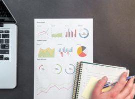 Ein Mitarbeiter im Marketing wertet die Erfolge seiner aktuellen GoogleAds Kampagne hinsichtlich der Zielerreichung aus