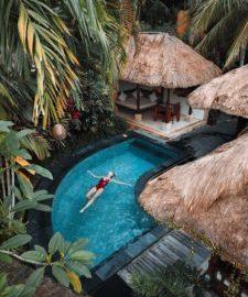 Eine Frau genießt Ihren Urlaub im Hotel-Pool