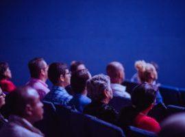 Durch Online-Marketing gewonnene und zufriedene Gäste im Theater im Rahmen einer organisierten Reiseveranstaltung