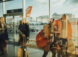 Reisende am Flughafen bereit zum Boarding und für den Urlaub, motiviert durch Online-Marketing