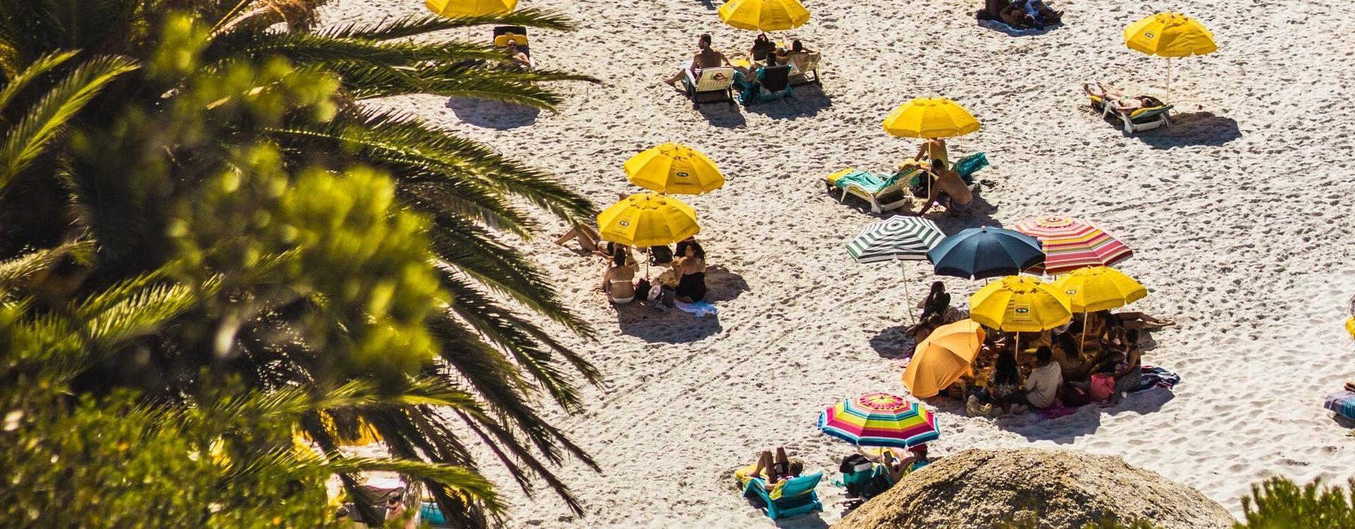 Touristen entspannen am Strand in der Sonne