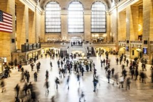 Durch Online-Marketing motivierte Kunden am Bahnhof auf dem Weg zum touristischen Reiseziel